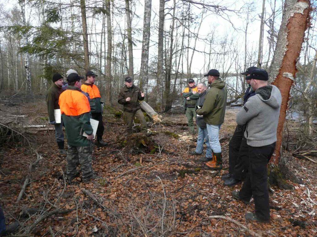 Grupp med kursdeltagare på Nordfor kurs för grönt kort i skogen.